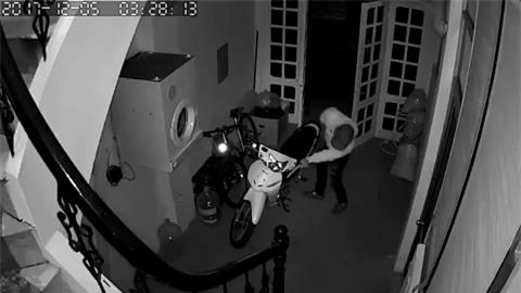 Clip: Nam thanh niên lẻn vào nhà dắt trộm xe máy, không quên đóng cửa giúp gia chủ - Ảnh 2.