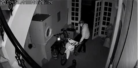 Clip: Nam thanh niên lẻn vào nhà dắt trộm xe máy, không quên đóng cửa giúp gia chủ - Ảnh 3.