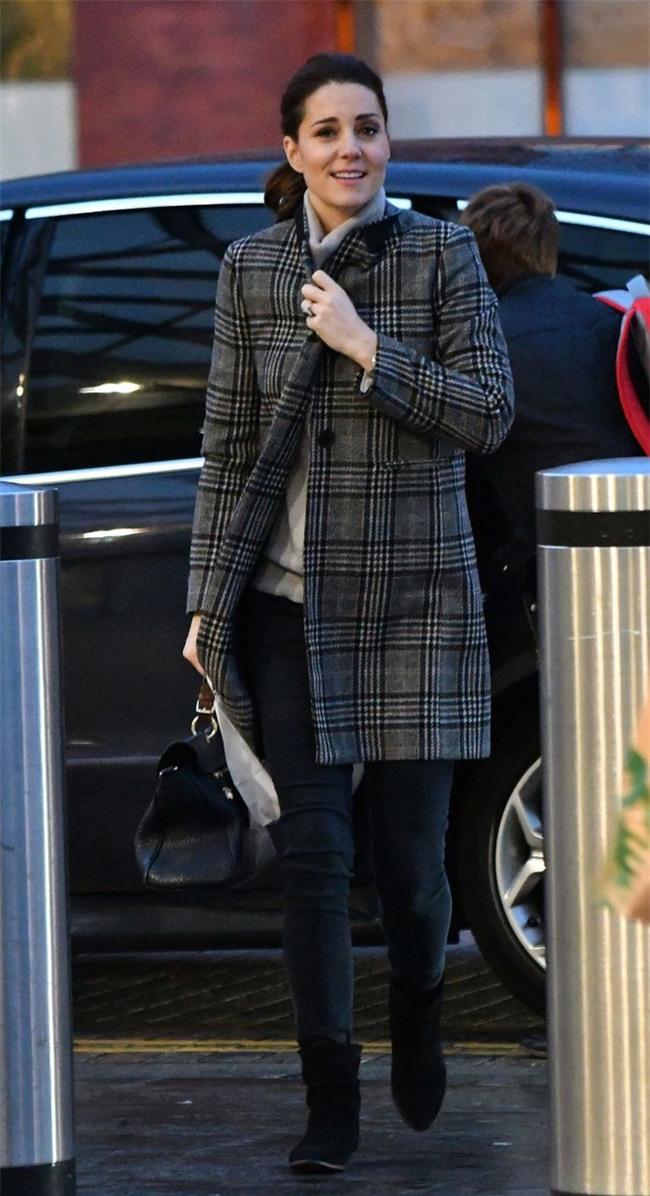 Chiếc áo khoác mà công nương Kate diện dự là sẽ hết hàng khắp mọi mặt trận - Ảnh 1.