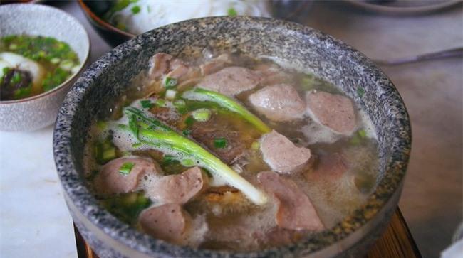 2 món phở đang khiến cộng đồng ẩm thực Sài Gòn sôi sục: Tô ngập thịt bò giá 2,3 triệu, tô sang chảnh với nguyên chú tôm hùm - Ảnh 9.