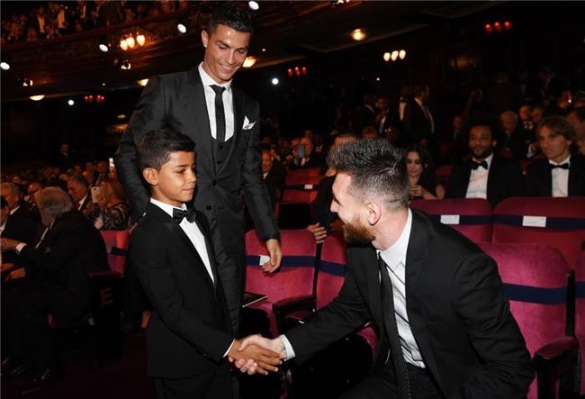 Con trai Ronaldo nhan nhu Messi truoc them le trao bong vang hinh anh 2