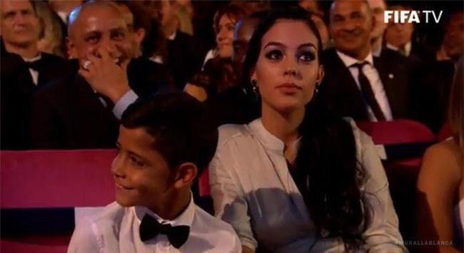 Con trai Ronaldo nhan nhu Messi truoc them le trao bong vang hinh anh 3