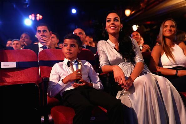 Con trai Ronaldo nhan nhu Messi truoc them le trao bong vang hinh anh 5