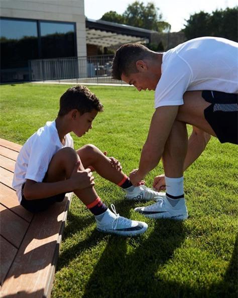 Con trai Ronaldo nhan nhu Messi truoc them le trao bong vang hinh anh 7