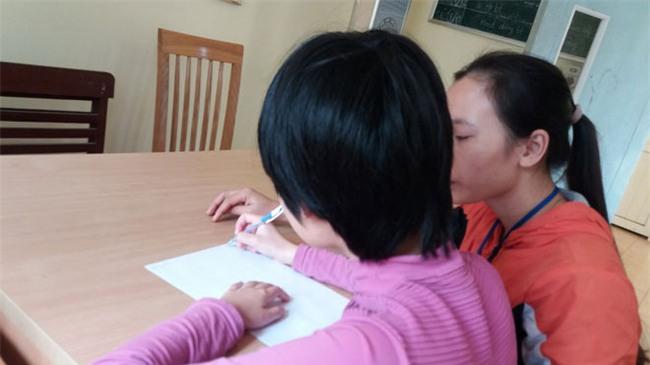 Bé gái 11 tuổi bị mẹ nhốt không cho đi học: Sau 1 năm giải cứu đã biết rất nhiều phép tính