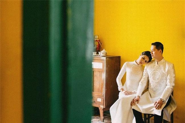 Cả hai diện trang phục truyền thống là áo dài trắng được thiết kế khá cầu kì để ghi lại khoảnh khắc hạnh phúc. - Tin sao Viet - Tin tuc sao Viet - Scandal sao Viet - Tin tuc cua Sao - Tin cua Sao