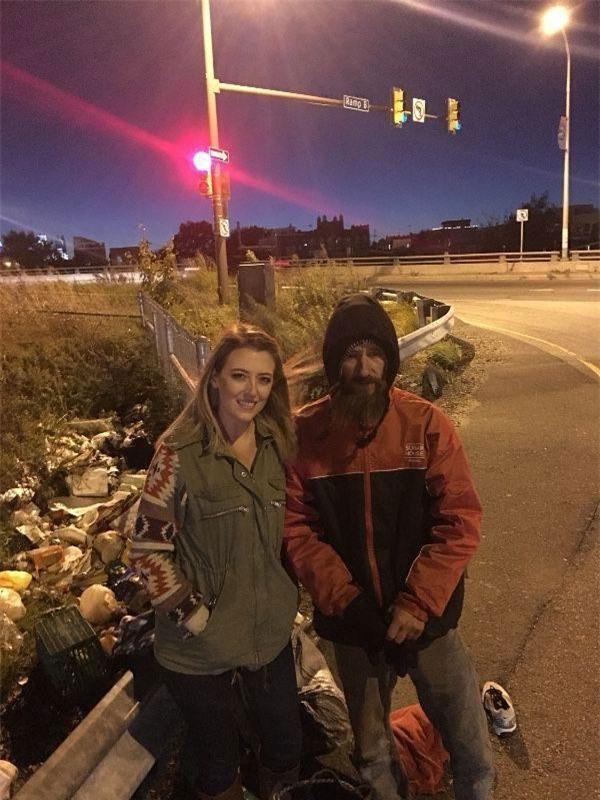 Kate McClure (trái) chụp ảnh cùng Johnny Bobbitt Jr (Ảnh: CBS)