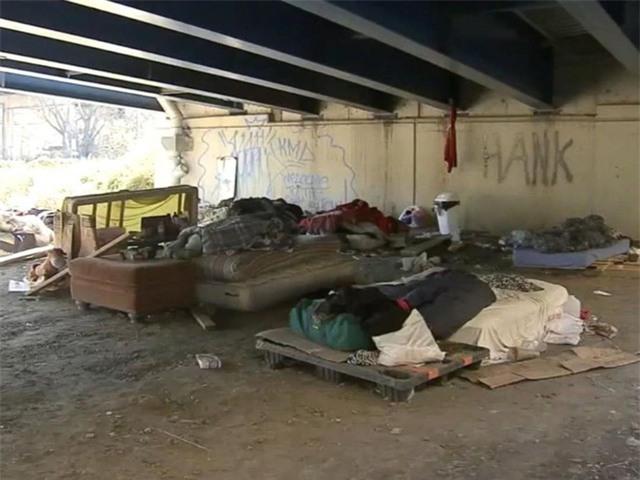 Khu vực ở tạm bợ của Johnny và những người vô gia cư tại Philadelphia trước khi nhận được sự giúp đỡ của Kate (Ảnh: ABC)