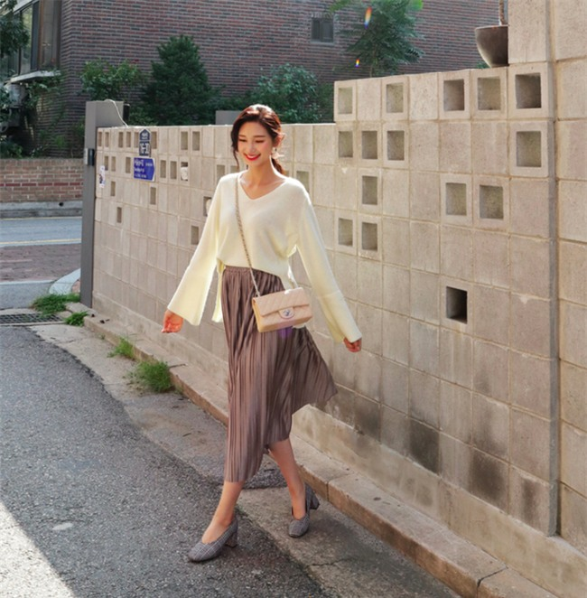 Áo len + chân váy: kết hợp thế nào để vừa ấm áp vừa gợi cảm, nữ tính trong đông này - Ảnh 1.