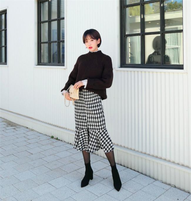 Áo len + chân váy: kết hợp thế nào để vừa ấm áp vừa gợi cảm, nữ tính trong đông này - Ảnh 12.