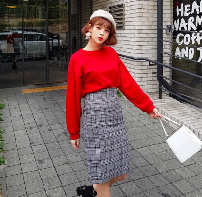 Áo len + chân váy: kết hợp thế nào để vừa ấm áp vừa gợi cảm, nữ tính trong đông này - Ảnh 13.