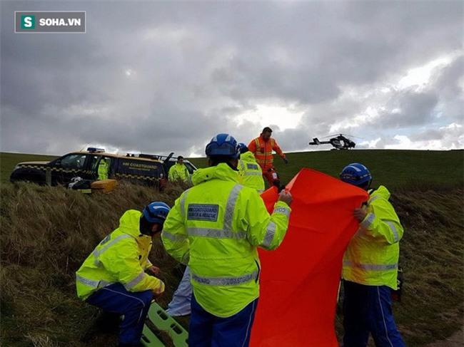 Sau màn cầu hôn khác biệt, cả ô tô lẫn trực thăng cấp cứu được điều động tới hiện trường! - Ảnh 1.