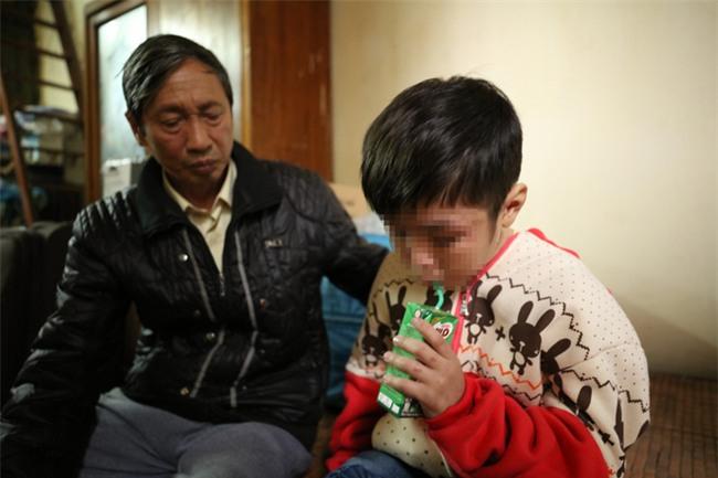 Clip: Bé trai 10 tuổi bị bạo hành dã man kể lại hành trình chạy trốn khỏi nhà bố đẻ, mẹ kế - Ảnh 2.