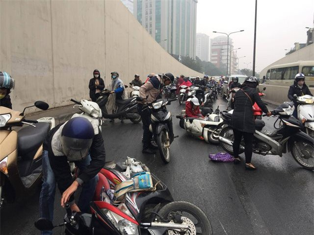 Clip: Nhiều xe máy trượt ngã, đổ la liệt trong hầm Kim Liên - Ảnh 3.