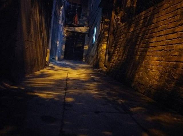 "xom tro be 10 tuoi bi bao hanh: ""phong do hay co tieng dong la, tre khoc thet trong dem"" - 1"