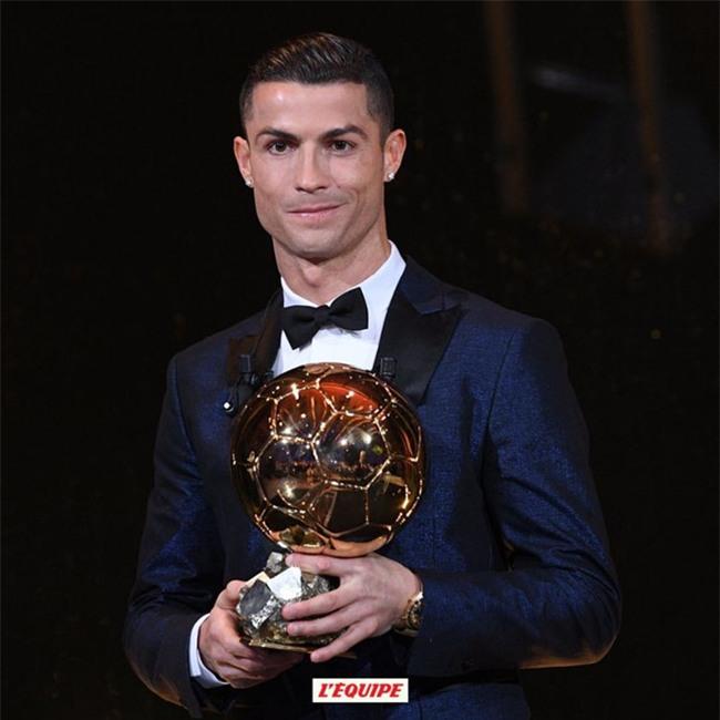 Ronaldo gianh Qua bong vang thu 5, can bang ky luc cua Messi hinh anh 1