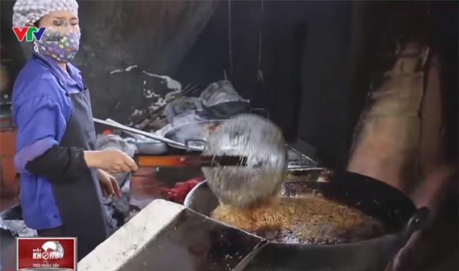 Rợn người công nghệ sản xuất hành phi bẩn từ khoai tây mọc mầm, hành tây thối - Ảnh 2.
