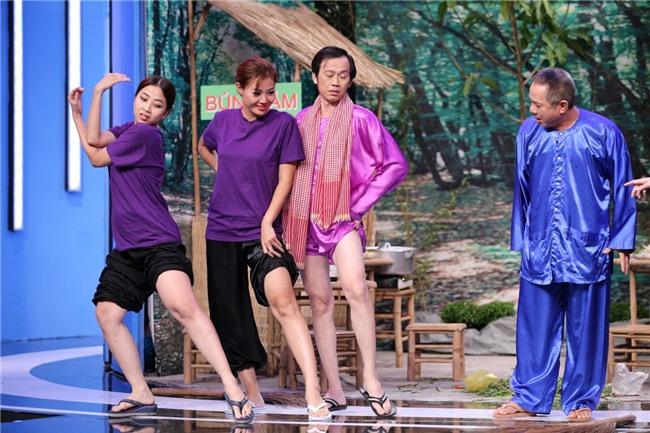 CHẾT CƯỜI: Lần đầu tiên Hoài Linh vén quần khoe đùi trắng nõn trên sóng truyền hình-1