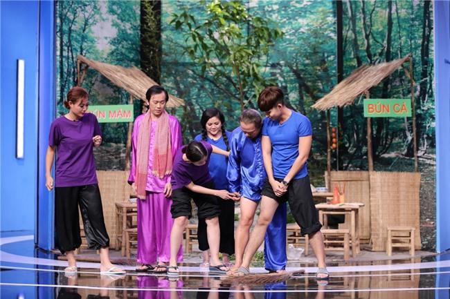 CHẾT CƯỜI: Lần đầu tiên Hoài Linh vén quần khoe đùi trắng nõn trên sóng truyền hình-2