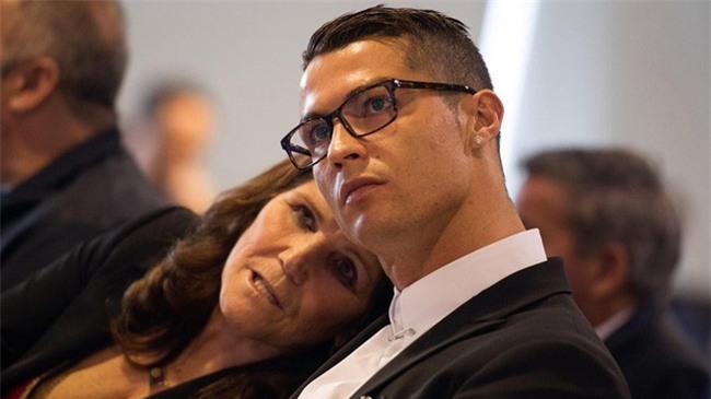 Chỉ Ronaldo mới mang mẹ đi nhận Quả bóng Vàng - Ảnh 1.