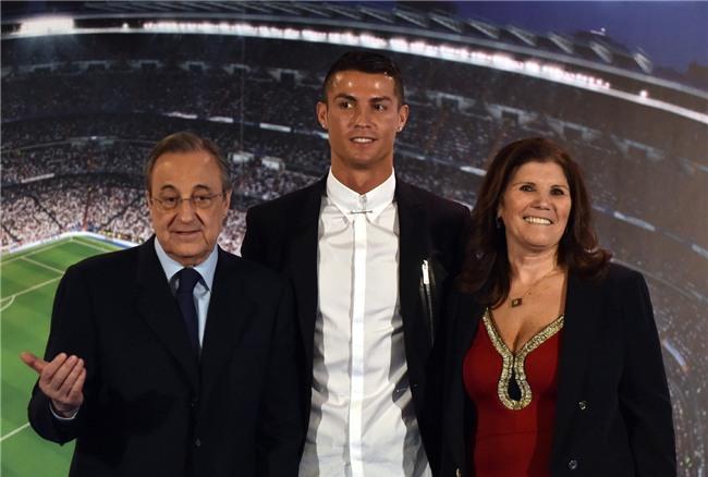 Chỉ Ronaldo mới mang mẹ đi nhận Quả bóng Vàng - Ảnh 2.