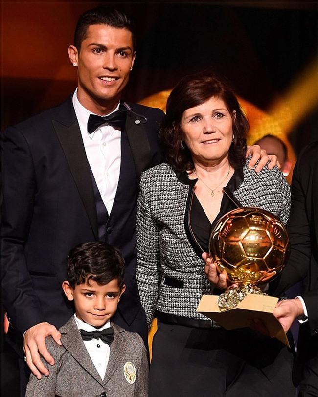 Chỉ Ronaldo mới mang mẹ đi nhận Quả bóng Vàng - Ảnh 3.