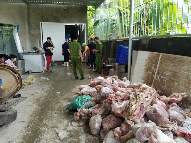 """Đà Nẵng: Kinh hoàng phát hiện 15 tấn phế phẩm động vật bốc mùi hôi thối sắp """"lên bàn nhậu"""" - Ảnh 2."""