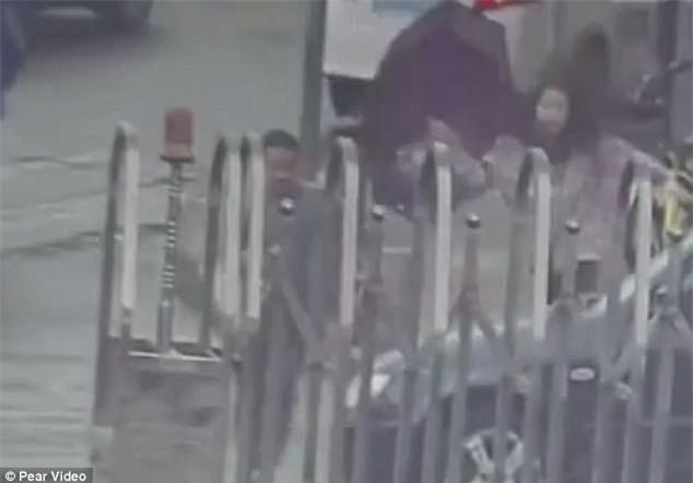 Tên cướp giật điện thoại xong chạy nhầm vào đồn cảnh sát vì chưa thuộc đường - Ảnh 3.