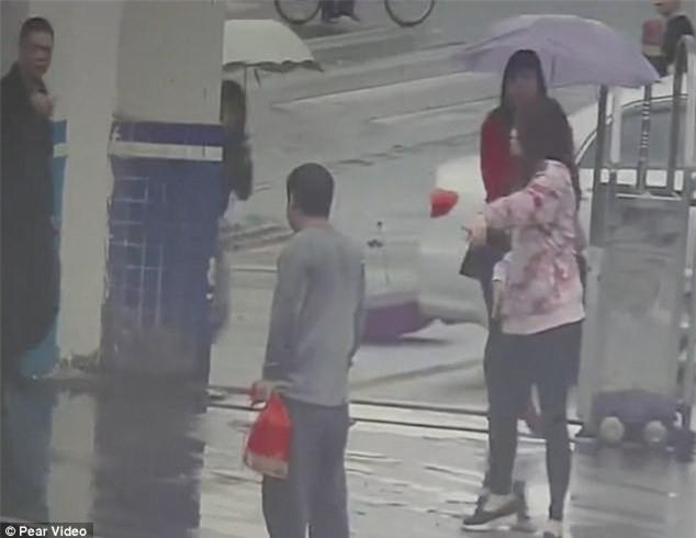 Tên cướp giật điện thoại xong chạy nhầm vào đồn cảnh sát vì chưa thuộc đường - Ảnh 4.