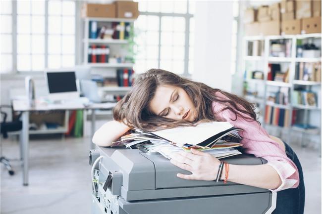 5 thói quen vô tình gây hại cho não bộ không ngờ mà nhiều bạn trẻ ngày nay dễ mắc phải - Ảnh 2.