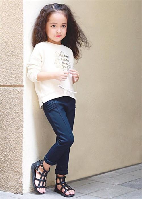 Mẫu nhí 6 tuổi gây tranh cãi vì quá biểu cảm khi cover 'Sống xa anh chẳng dễ dàng' - Ảnh 4.