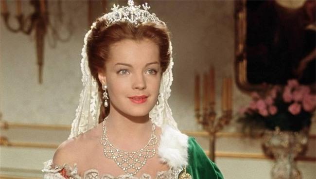 Nữ hoàng xinh đẹp nhất thế giới và chuyện làm đẹp ly kỳ: Đắp mặt bằng thịt tươi, gội đầu bằng rượu, tập thể dục 10 tiếng mỗi ngày - Ảnh 2.