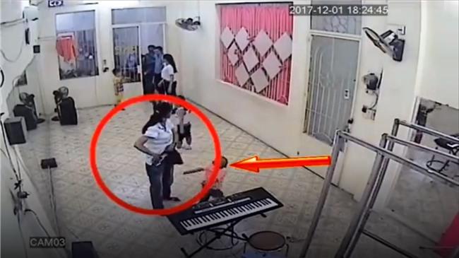 Clip: Đến đón bé trai, người phụ nữ nhanh tay lấy trộm điện thoại ngay trong lớp học - Ảnh 1.