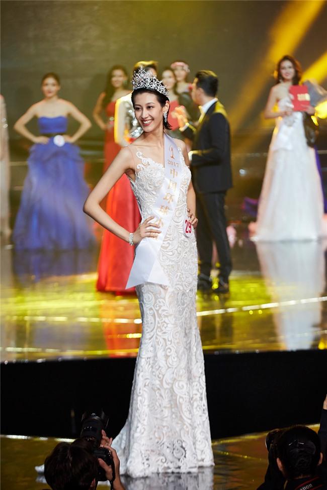 Những hoa hậu Trung Quốc bị chê giống đàn ông mặc váy trên đấu trường quốc tế-1