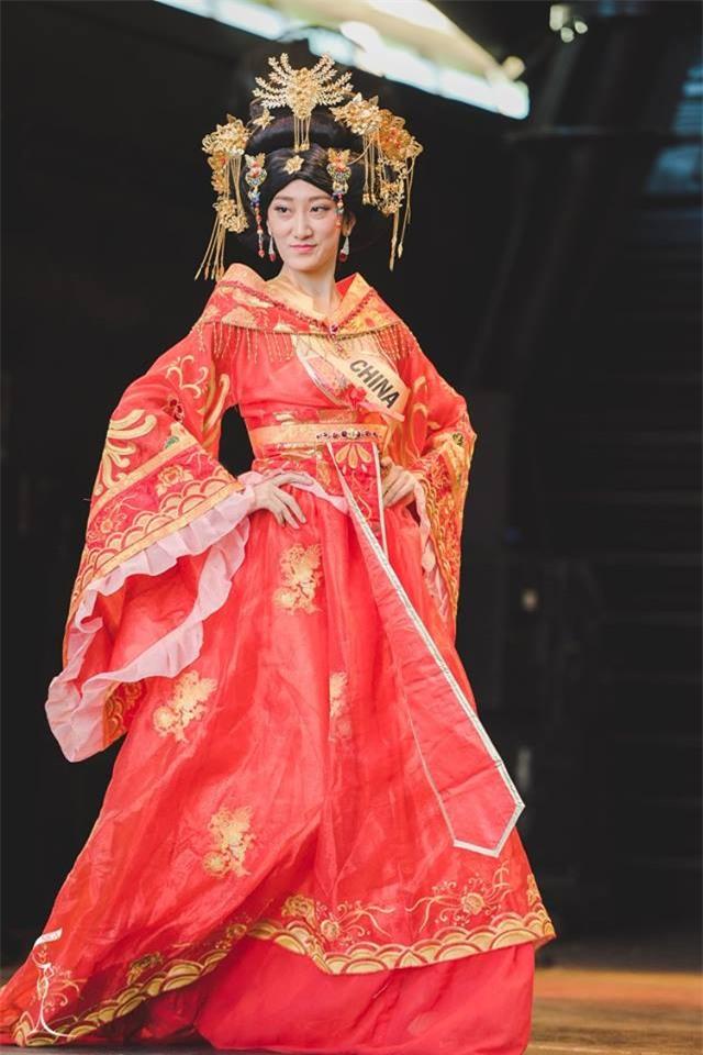 Những hoa hậu Trung Quốc bị chê giống đàn ông mặc váy trên đấu trường quốc tế-4