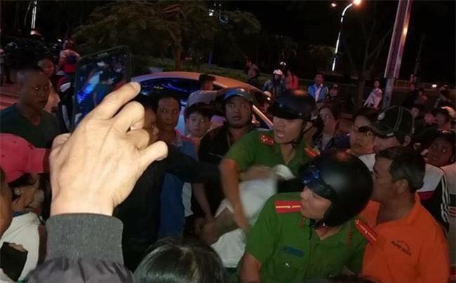 Hàng trăm người dân hô hoán, hỗ trợ vây bắt đối tượng nghi bắt cóc trẻ em - Ảnh 1.