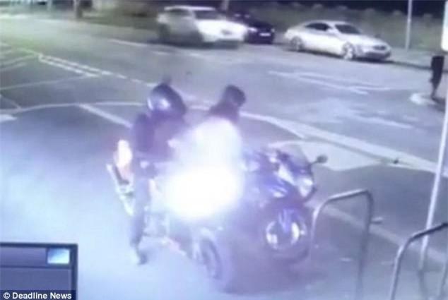 Clip: Đánh cắp xe máy, hai tên trộm ốm đòn dưới tay chủ xe - Ảnh 1.