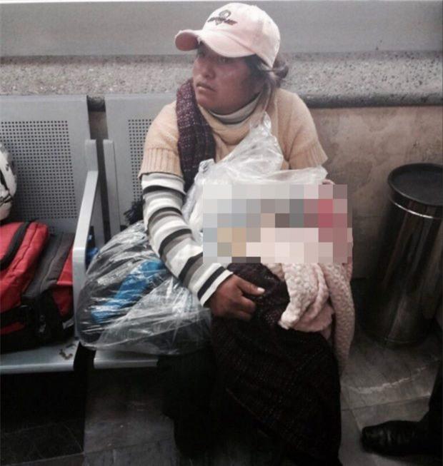 Người phụ nữ lấm lem ôm con trong bọc ni lông và câu chuyện đằng sau khiến ai cũng hoảng hốt - Ảnh 1.