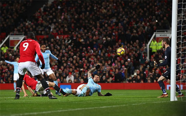 Lukaku lap cu dup sai lam, MU om han o derby Manchester hinh anh 4