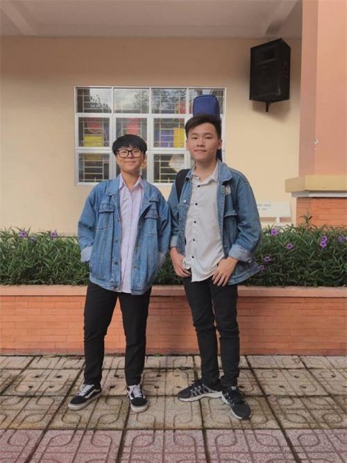 Hai nam sinh vừa đàn vừa hát loạt hit Vpop trong lớp học đốn tim người nghe-3