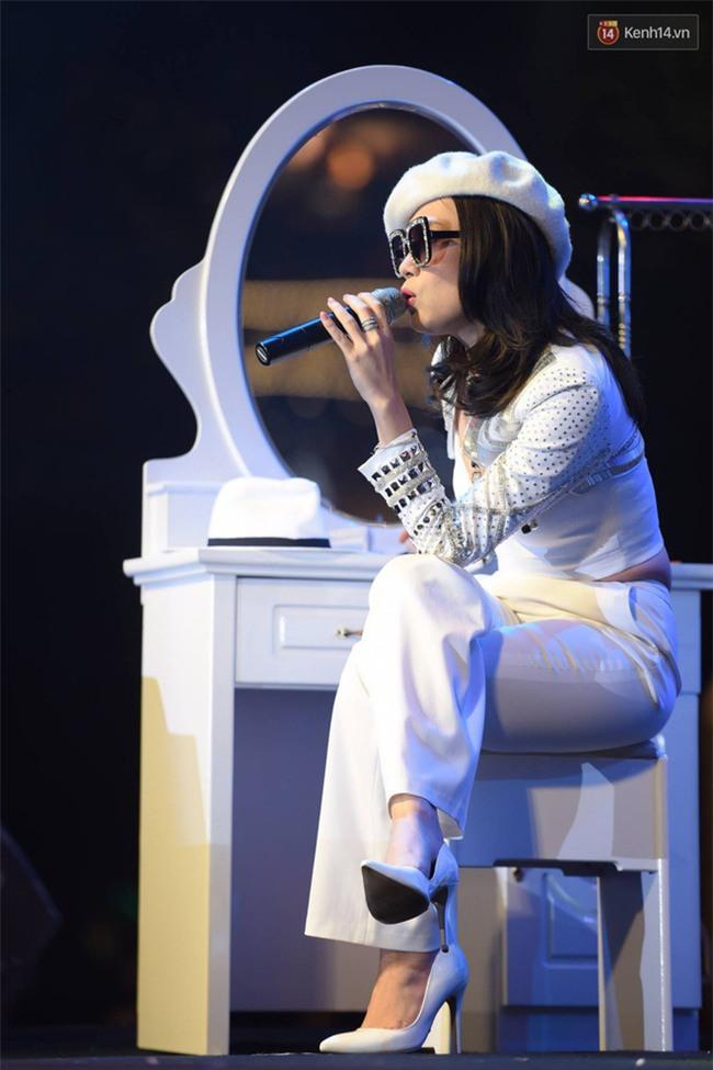 Mang tiếng là chủ nhân album, thế mà fan còn thuộc lời bài hát còn hơn cả Mỹ Tâm - Ảnh 8.