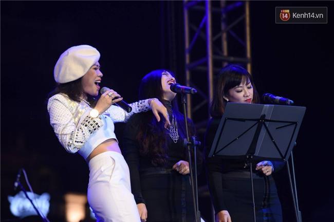 Mang tiếng là chủ nhân album, thế mà fan còn thuộc lời bài hát còn hơn cả Mỹ Tâm - Ảnh 6.