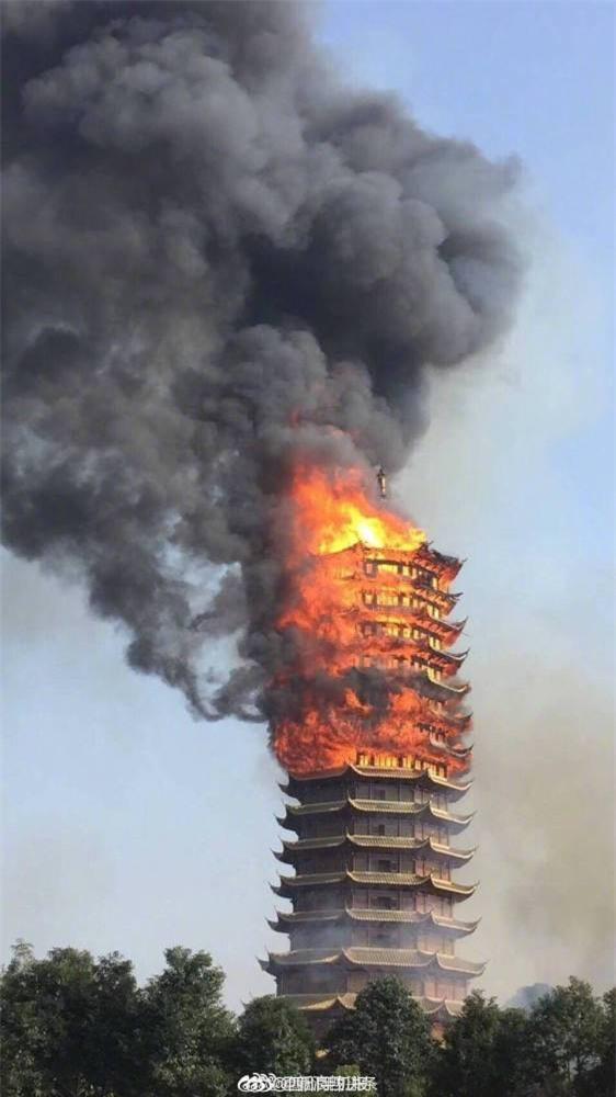 Trung Quốc: Cửu lung linh tháp cao nhất châu Á bốc cháy ngùn ngụt trong biển lửa - Ảnh 2.