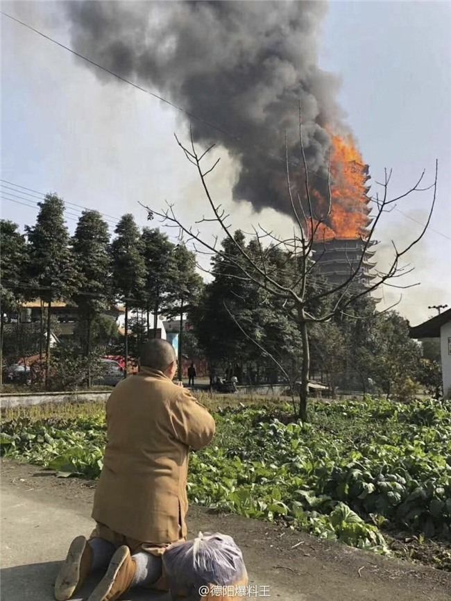 Trung Quốc: Cửu lung linh tháp cao nhất châu Á bốc cháy ngùn ngụt trong biển lửa - Ảnh 3.