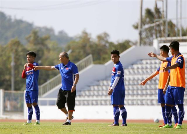 HLV Park Hang Seo chỉ đạo các cầu thủ trên sân