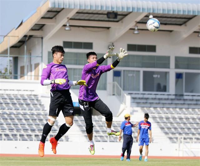 Hai thủ môn U23 Việt Nam trong bài tập chống bóng bổng