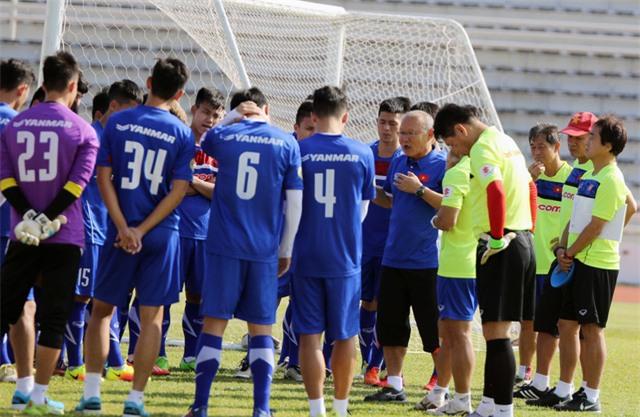 HLV Park Hang Seo dặn dò chiến thuật cho các tuyển thủ