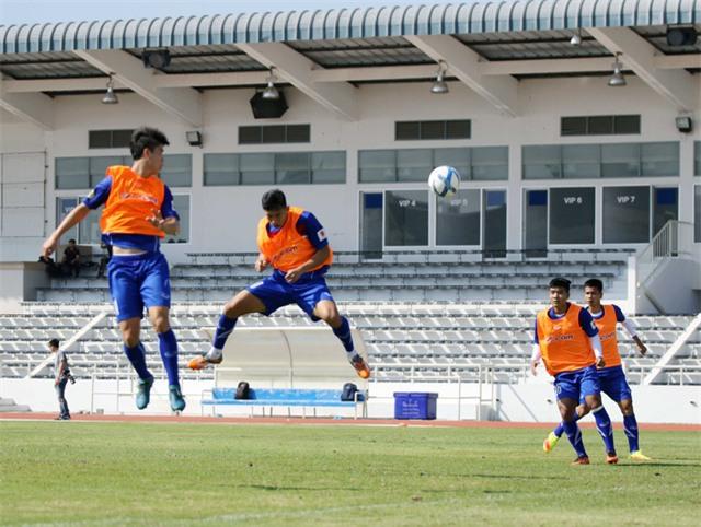 Các tuyển thủ tập bóng bổng chờ đấu U23 Uzbekistan