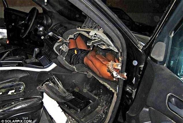 Bức ảnh bé trai bị kẻ buôn người nhồi nhét đằng sau bảng điều khiển xe hơi khiến cả thế giới phẫn nộ - Ảnh 1.