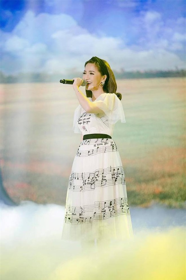 ngoc trinh dan dau top sao mac vay nhai on ao nhat nam 2017 - 15